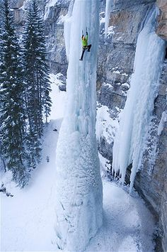 Sam Elias escala un pilar de hielo en Fairplay, Colorado, conocido como El Colmillo. Imagen: Pilar de hielo en Colorado (© Keith Ladzinski/Barcroft Media /Landov)
