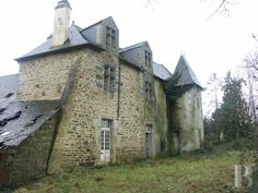 A 16th century manor house awaiting renovation and its lake in 9 ha of land to the north of Morbihan - France mansions for sale - in Normandie, Bretagne, North, Perche - Patrice Besse Castles and Mansions of France is a Paris based real-estate agency specialised in the sale of Manors.
