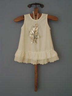 Oud jurkje aan de muur....