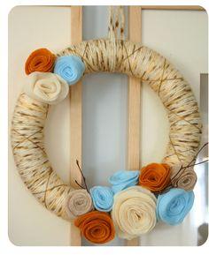 DIY fall decor - yarn wreath with felt flowers