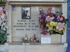 Ilaria Alpi Tombstone Designs, Floral Wreath, Singer, Wreaths, Frame, Home Decor, Picture Frame, Floral Crown, Decoration Home