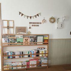 maharuさんの、棚,DIY,モモナチュラル,カフェ風,セリア,リース,本棚DIY,建売住宅,漆喰壁DIY,ナチュラルが好き,ブログやってます(ू•‧̫•ू⑅),のお部屋写真 Montessori Room, Minimalist Interior, Bookshelves, Bookshelf Diy, Kidsroom, Home Renovation, Kids And Parenting, Floating Shelves, Playroom