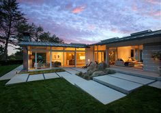 ranch house in Montecito with indoor outdoor living Mid-century ranch house in Montecito with indoor outdoor livingMontecito Montecito may refer to: Modern Backyard, Modern Landscaping, Backyard Landscaping, Landscaping Ideas, Patio Ideas, Mid Century Ranch, Mid Century House, Ranch House Remodel, Design Exterior