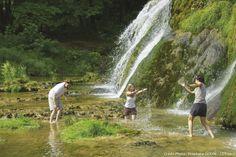 Se rafraîchir aux pieds des cascades de Tuf de Baume-les-Messieurs | Jura, France | photo Stéphane Godin/Jura Tourisme | #JuraTourisme