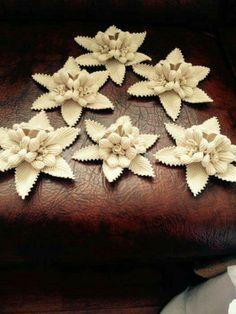 This Pin was discovered by Lal Free Crochet Bag, Crochet Art, Thread Crochet, Crochet Stitches, Crochet Patterns, Freeform Crochet, Filet Crochet, Irish Crochet, Crochet Leaves
