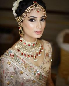 Real Brides Show How to Wear No-Makeup Look on the Wedding Day Real Brides Show How to Wear No-Makeup Look on the Wedding Day Indian bridal hair makeutraditional South IndianThe Dulhan www. Indian Wedding Makeup, Indian Bridal Fashion, Wedding Hair And Makeup, Bridal Makeup Looks, Bride Makeup, Indian Makeup Looks, Dulhan Makeup, Make Up Braut, Indian Bridal Hairstyles