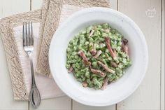 Gli spätzle di spinaci sono degli gnocchetti tipici tirolesi di forma irregolare: all'impasto di farina,  acqua e uova si aggiungono gli spinaci. Spatzle, Gnocchi, Tupperware, Guacamole, Asparagus, Street Food, Green Beans, Cooking Recipes, Dinner