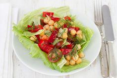 Te presentamos una ensalada con un buen aporte de proteínas y carbohidratos. Para llevarte la ensalada divídela en 3: en un tupper guarda los tomates (sin cortar), en un recipiente los garbanzos condimentados y en otro envase las verduras.