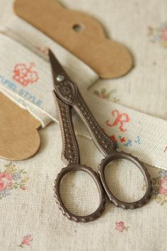 beautiful, I had a large container filled with all sorts of vintage sewing notions, but no cook sicssors like these