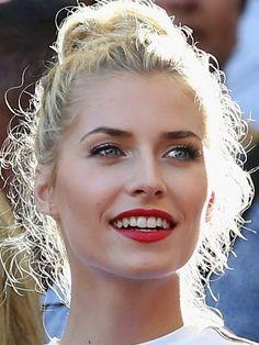 Lene Gercke German blonde model Mit langen, schwarzen Wimpern, verführerisch rotem lippen