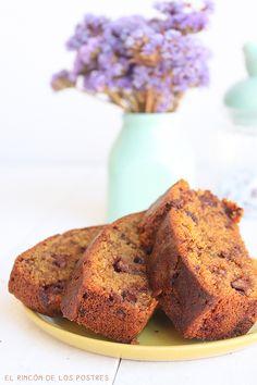Bizcocho de galletas y trocitos de chocolate.