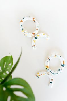 DIY Terrazzo Earrings, AKA What you can do with all your clay scrap # Polymer Clay Earrings, Diy Earrings, Stud Earrings, Leather Earrings, Jewelry Crafts, Handmade Jewelry, Jewellery Diy, Earring Crafts, Vintage Jewelry