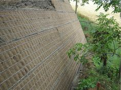 Vertical garden for a sloping garden: wall reinforced with a metal mesh. Garden Mesh, Sloped Garden, Vertical Gardens, Metal Mesh, Garden Plants, Wood, Sloping Garden, Earth, Stones
