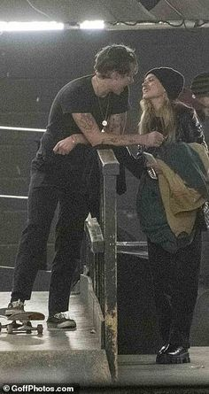 Brooklyn Beckham PIC EXC Smitten star and girlfriend Nicola Peltz pack on the PDA Daily Mail Online Skater Couple, Skater Boys, Skater Boy Style, Skate Style Girl, Relationship Goals Pictures, Cute Relationships, Cute Couples Goals, Couple Goals, Emo Couples