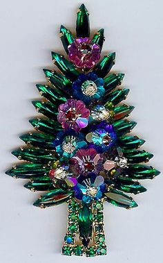 A Christmas Tree brooch that doesn't make me want to throw up! Vintage Christmas tree brooch by Hobe Rhinestone Jewelry, Vintage Rhinestone, Vintage Brooches, Silver Jewelry, Vintage Costume Jewelry, Vintage Costumes, Bling Bling, Jeweled Christmas Trees, Xmas Trees