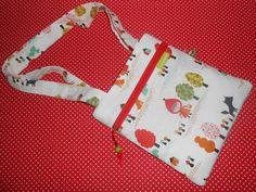 ... und was zauberhaftes für die Mädchen....   für die kleinen Prinzessinnen...zum Umhängen ...voll cool...voll praktisch....  100% Einzelstück...100% handgemacht....100% mit viel Liebe  b 22 cm x h 24 cm   Für die Stabilität der Tasche, habe ich die Baumwolle wattiert. Außen mit einer praktischen Reißverschluss Tasche Die Tasche ist innen mit Baumwolle gefüttert und die Henkel bestehen auch aus Stoff und sind ca. 68 cm lang.  www.facebook.com/crazybirdy.handgemacht Pot Holders, Facebook, Little Princess, Princesses, Zipper Bags, Sachets, Amor, Cotton, Hot Pads