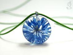 Cornflower – romantic blossom-necklace with a real blue cornflower in resin  ///// © Isabell Kiefhaber www.geschmeideunterteck.de