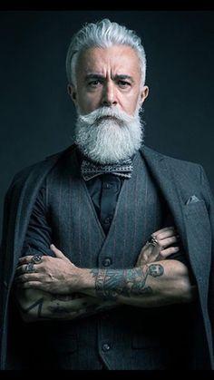 Tradicional y formal, con un giro. Los tatuajes cambian el look.