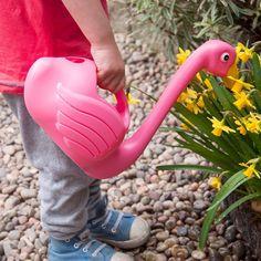 Die Flamingos sind los. Zwar sind sie bei uns im Garten in anderer Funktion unterwegs, aber wir lieben sie trotzdem. Neben Wasser für die Pflanzen bringt die witzige Gießkanne Farbe und Spaß mit in unseren Garten.