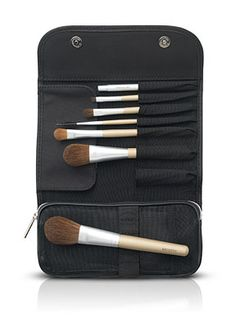 Seven-piece brush set designed to retain powder and enhance the quality of makeup application. Each brush has been expertly crafted to apply precise, professional-looking makeup with ease.