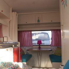 Kijk mee in de hippe Kip: met heel veel inspiratie voor een gepimpte caravan keukentje plakfolie plakplastic #leukmetkids #vintage #retro #caravan #pimpen #trailer #kamperen #camping