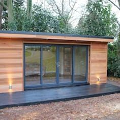 'The Crusoe Classic' - x Garden Room / Home Office / Studio / Summer House / Log Cabin / Chalet: modern Study/office by Crusoe Garden Rooms Limited Here you will find photos of interior design ideas. Get inspired! Garden Office Shed, Backyard Office, Backyard Studio, Outdoor Office, Summer House Garden, Home And Garden, Summer Houses, Chalet Modern, Garden Log Cabins