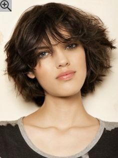 Between medium length and short layered bob with volume and wispy tips. A sporty look with bangs.