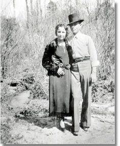 Possibly the most famous and most romanticized criminals in American history, Bonnie Parker and Clyde Barrow were two young Texans whose ear. Bonnie Parker, Bonnie Clyde, Bonnie And Clyde Photos, Clyde 2, Jessy James, Old Photos, Vintage Photos, Famous Outlaws, Real Gangster