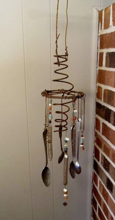 bed springs repurposed upcycling home decor Heres how to make gorgeous home decor with an old mattress ways to upcycle them) Rustic Wind Chimes, Diy Wind Chimes, Homemade Wind Chimes, Bed Spring Crafts, Spring Projects, Old Mattress, Mattress Springs, Wire Crafts, Metal Crafts