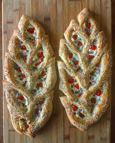A baker named Blondie + Rye uses crust as an unconventional canvas for her bread art. Loaves of sourdough are decorated with designs carved into the crust. Art Du Pain, Bread Recipes, Cooking Recipes, Scd Recipes, Bread Art, Everything Bagel, Snacks Für Party, Artisan Bread, Bread Baking