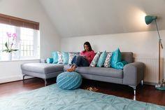 Eigentijdse Italiaanse stijl in de woonkamer met een Vittorio hoekbankset met hoek rechts in parelgrijs.