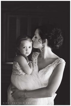 bride with her daugther (flower girl) - Joni Chatman Photography #weddingphotographer #weddingphotography