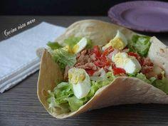 L'insalata di tonno nel cestino è un piatto unico freddo: ricca, gustosa, appetitosa e bella da vedere nel suo cestino di pane croccante!