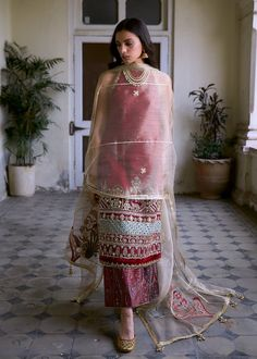 Pakistani Dresses Casual, Indian Gowns Dresses, Indian Fashion Dresses, Dress Indian Style, Pakistani Dress Design, Indian Designer Outfits, Designer Dresses, Indian Bridal Outfits, Indian Bridal Fashion