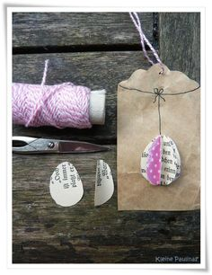 Geschenkanhänger aus Papiertüte und Buchseiten / Gift tags made from paper bag and book pages / Upcycling