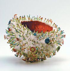 Sophie Honegger, La rose Miami 2002, Porcelaine chamottée, pigments colorés, émaux transparents et colorés, four électrique, 1250° C,H 15 cm, Ø 20 cm