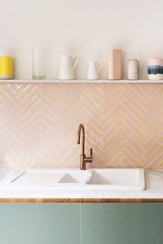 Bilderesultat for pink tiles backsplash Küchen Design, Deco Design, Interior Design, Wills Design, Design Homes, Design Ideas, Clean Design, Pink Tiles, Green Tiles