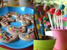 Festa infantil das cores mesa de doces cookies pirulito (Foto: Kit Gaion)