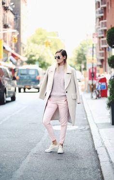 sneakers and pastel outfit Fashion Now, Winter Fashion, Style Fashion, People Style Watch, Pastel Outfit, Pastel Pants, Beige Outfit, Converse, Cool Style