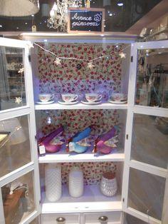 vitrina con trasera en decoupage, trabajo realizado en el taller de Cachito Mío