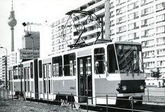 """Ost-Berlin.Eine Strassenbahn faehrt am Alexanderplatz vorbei.Im Hintergrund sieht man den Fernsehturm und das ehemalige """"Hotel Stadt Berlin"""""""