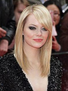It-girl, Emma Stone& long, straight style is perfect for women who want a modern cut with minimum upkeep. Emma Stone Blonde, Emma Stone Hair, Medium Hair Styles, Short Hair Styles, Natural Hair Styles, Pretty Hairstyles, Straight Hairstyles, Blonde Hairstyles, Haircuts With Bangs