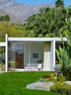 Harmony of stone, glass and steel in the desert of Palm Springs, the Kaufmann House is one of the most important architectural works of the twentieth century. Madame Figaro opens exclusively the doors of this Eden ultra private. Modern Landscape Design, Modern Landscaping, Desert Landscape, Landscaping Rocks, Modern Homes, Mid-century Modern, Casa Kaufmann, Mid Century Landscaping, Palm Springs Style