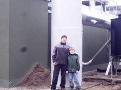 Jan Kroll mit seinem Sohn vor der Biogas Anlage, die der Unternehmen der e2m zur Vermarktung anvertraut hat