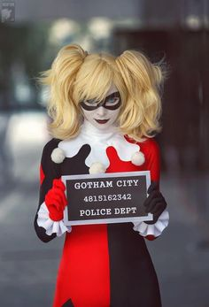 Harley Quinn Cosplay - I love the mugshot sign as a finishing touch!