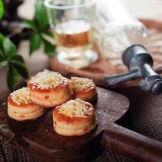 Sajtcsúcsos töltött pogácsa Recept képpel - Mindmegette.hu - Receptek Cheese, Baking, Food, Bakken, Eten, Bread, Backen, Meals, Reposteria