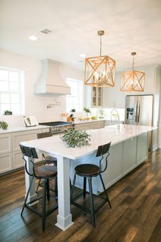 A former Fixer Upper client reveals what it's really like to have Chip and Joanna Gaines renovate your home. Here, her kitchen is modern, yet warm and inviting. Fixer Upper Hgtv, Fixer Upper Kitchen, Fixer Upper House, New Kitchen, Kitchen Decor, Kitchen White, Kitchen Tips, Fixer Upper Show, Kitchen Staging