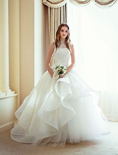 こだわりのある大人花嫁から高い人気を誇る国内デザイナーのドレス。日本女性の体型を熟知したテクニックと細部にまでこだわったデザインで、気高く美しい花嫁スタイルをかなえてくれます。