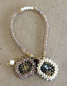 Escapulario de San Benito, perlas mini de río, y cristales golden.