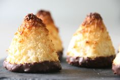 Inddrag ungerne i bagningen og lad dem være med til, at forme små søde kokostoppe. De er super nemme at lave og er perfekte, som en lille snack i madpakken.